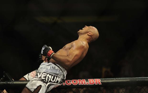 Marcos Pezão vira após derrotar croata Igor Pokrajac no UFC Barueri (Foto: Marcos Ribolli)