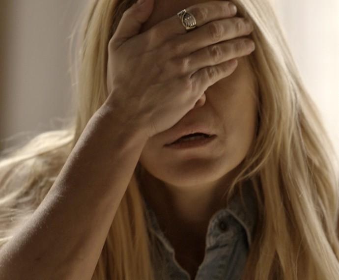 Lara fica devastada (Foto: TV Globo)