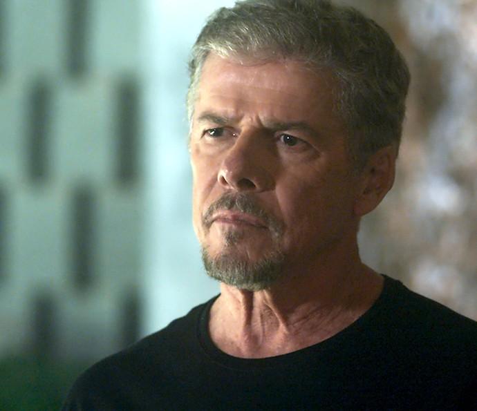 Tião é confrontado por Helô que quer saber se Mág é seu amor do passado (Foto: TV Globo)