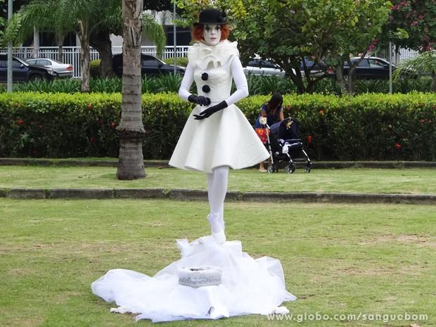 Irene faz estátua viva vestida de pierrô (Foto: Sangue Bom/TV Globo)