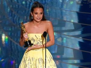 Alicia Vikander recebe o Oscar de melhor atriz coadjuvante por 'A garota dinamarquesa'