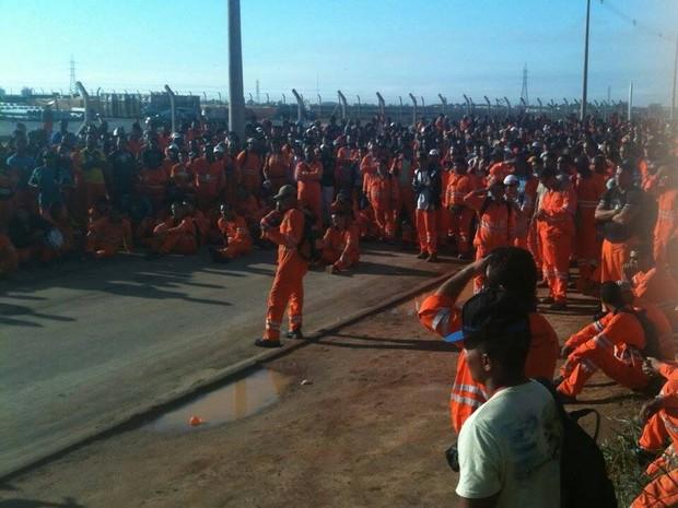 Petroleiros em greve no terminal de Cabiúnas (Foto: Divulgação / SindipetroNF)