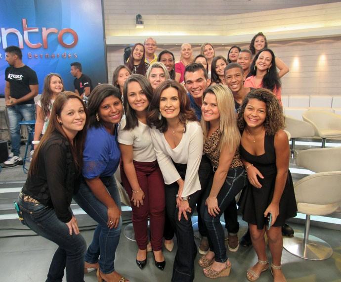 Nos bastidores do programa, a apresentadora tira foto com a plateia (Foto: Priscilla Massena/Gshow)