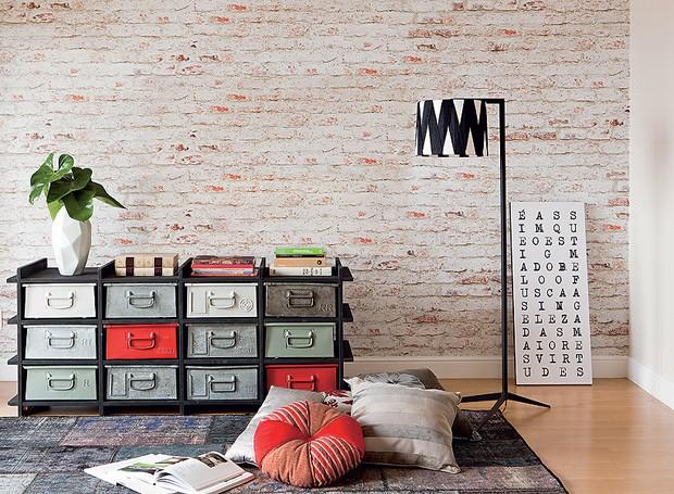 Tijolos-economista-ana-rita-lico-papel-texturizado-estúdio-giclée-apartamento (Foto: Edu Castello/Editora Globo)