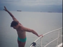 Rodrigo Faro usa sunguinha e pula em barco de luxo: 'Papai se exibindo'