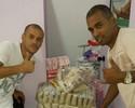 Thiaguinho, ex-Bota e Flu, faz doações a vítimas da chuva em Nova Iguaçu
