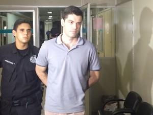 Suposto serial killer Tiago Henrique Gomes da Rocha chega em audiência em Goiânia, Goiás (Foto: Vitor Santana/G1)