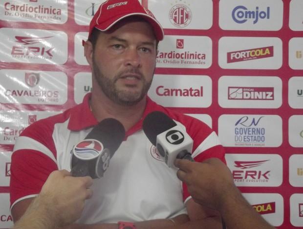 Roberto Fernandes, treinador do América-RN (Foto: Tiago Menezes/GLOBOESPORTE.COM)