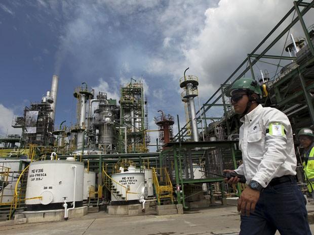 Refinaria de petróleo no Equador (Foto: Reuters)