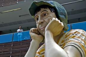 Escultura de 9m de altura de personagem interpretado pelo mexicano Roberto Gómez  Bolaños está exposta em frente a shopping (Foto: Luis Robayo/AFP)
