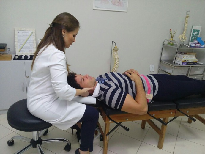 Repórter Brucce Cabral foi conhecer os benefícios da quiropraxia (Foto: Fernando Petrônio)