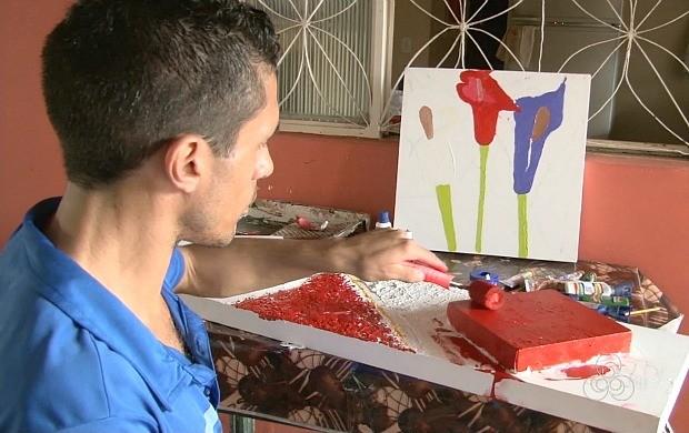 Portador de deficiência física encontra na arte uma forma de superar as dificuldades (Foto: Bom Dia Amazônia)