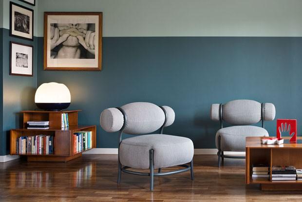Décor do dia: sala de estar com parede bicolor e poltronas ousadas (Foto: reprodução)