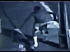 Vídeo flagra homem com pernas engessadas roubando câmera no CE