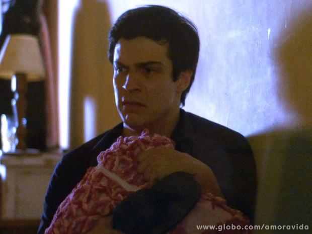 Félix na cama, aterrorizado depois de ser acordado por uma barata (Foto: Amor à Vida / TV Globo)