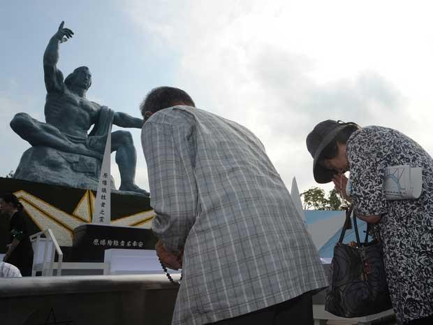 Oração na Praça da Paz de Nagasaki (Foto: Jiji Press / via AFP Photo)