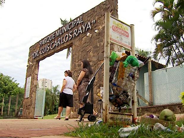 Lixo acumula em lixeiras na porta do Parque Luis Carlos Raya, em Ribeirão Preto (Foto: Antonio Luiz / EPTV)