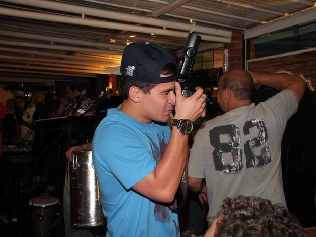 Thiago Martins dá uma de fotógrafo em restaurante no Rio (Foto: Adna Barbosa/ Foto Rio News)