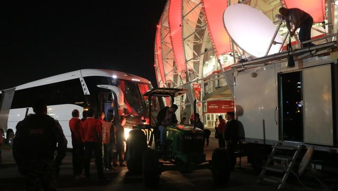 Internacional x São Paulo Inter ônibus São Paulo atolado ônibus (Foto: Diego Guichard/GloboEsporte.com)