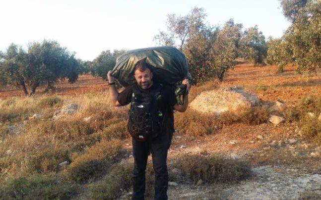 Rami Adham faz parte do trajeto à pé, carregando o saco cheio de brinquedos nas costas (Foto: Arquivo pessoal)