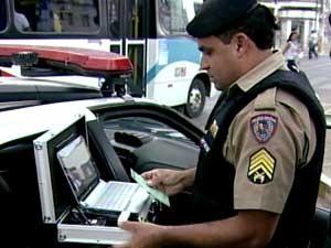 Policial utilizando computador em ocorrência (Foto: Reprodução / TV Integração)