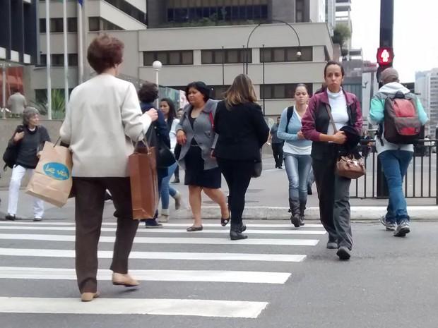 Idosa atravessa semáforo no vermelho na região da Avenida Paulista (Foto: Paulo Toledo Piza/G1)
