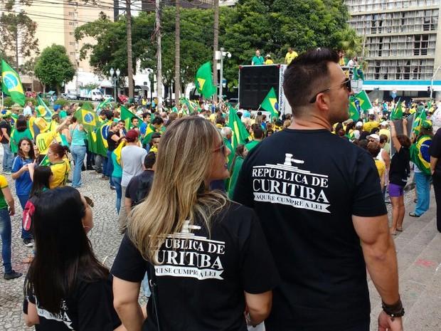 Concentração dos manifestantes foi na Praça Santos Andrade (Foto: Ana Zimmerman/RPC)