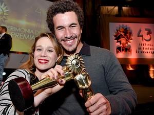 Breno Nina ganha o prêmio de melhor ator no Festival de Gramado (Foto: Cleiton Thiele / Agência PressPhoto)