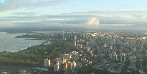 Porto Alegre amanhece com sol e algumas nuvens nesta terça-feira (13) (Foto: Reprodução/RBS TV)