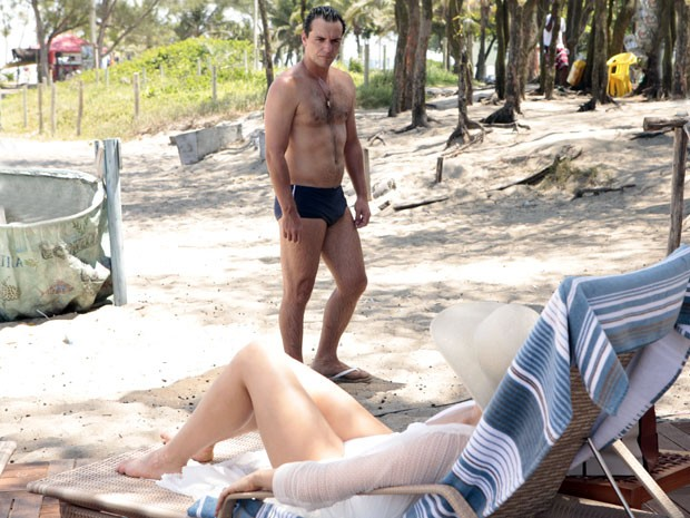 Lívia debocha de Théo na praia (Foto: Salve Jorge/TV Globo)