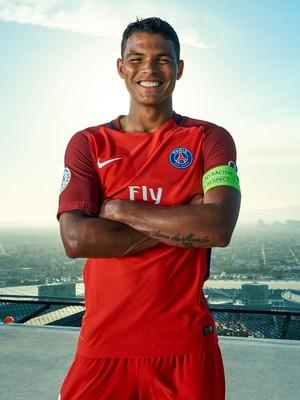 Thiago Silva apresentação uniforme PSG (Foto: Reprodução / Site Oficial)