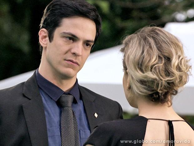 Félix se coloca nas mãos de Edith novamente (Foto: Amor à Vida/TV Globo)