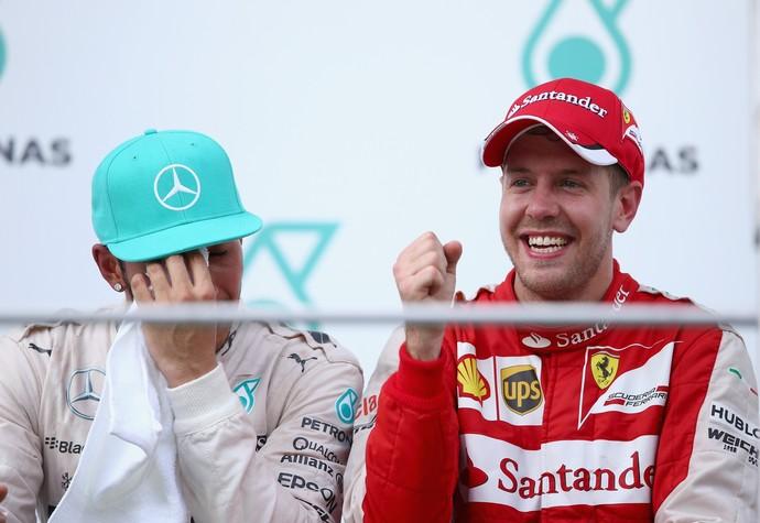 Lewis Hamilton e Sebastian Vettel no pódio do GP da Malásia (Foto: Getty Images)