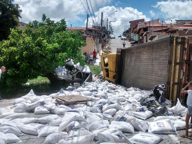 Caminhão carregado de farinha tomba em Bragança Paulista (Foto: Luis Rodrigues / Vanguarda Repórter)