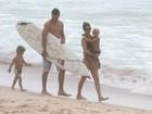 Fernanda Lima e Rodrigo Hilbert curtem praia com os filhos no Rio