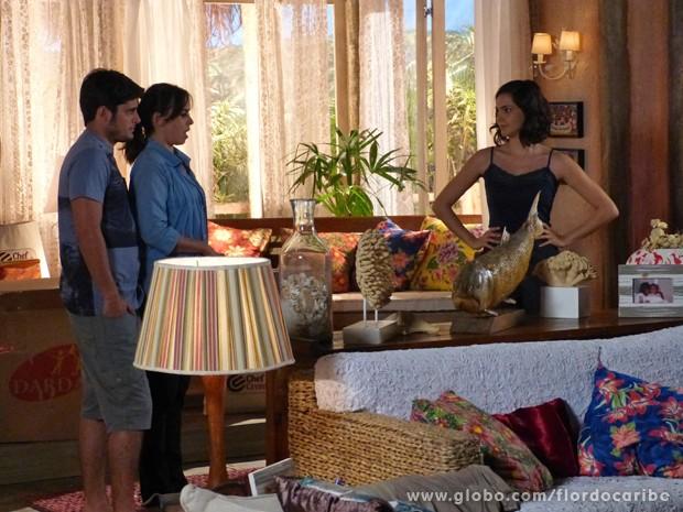 Mila surta quando vê um novo enfeite na sala (Foto: Flor do Caribe/TV Globo)