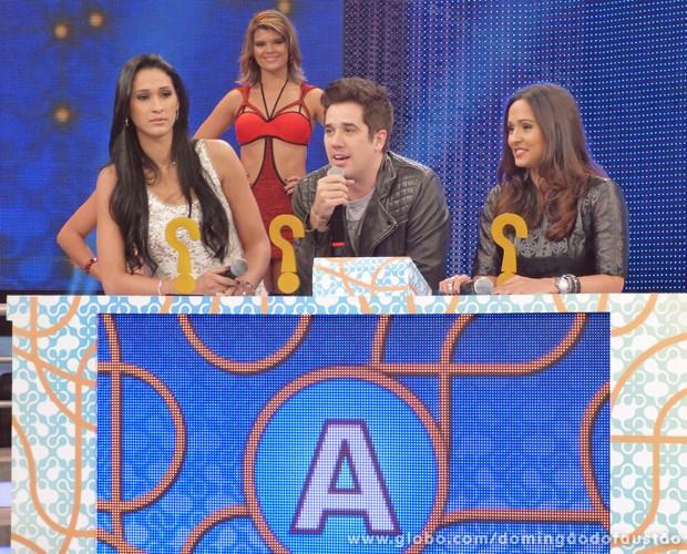 Jaqueline, Rogério Flausino e Thaíssa Carvalho receberam o troféu do 'Quem está Mentindo?' (Foto: Domingão do Faustão / TV Globo)