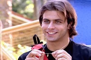 Pedro volta a usar o colar de Bárbara (Foto: reprodução/TV Globo)