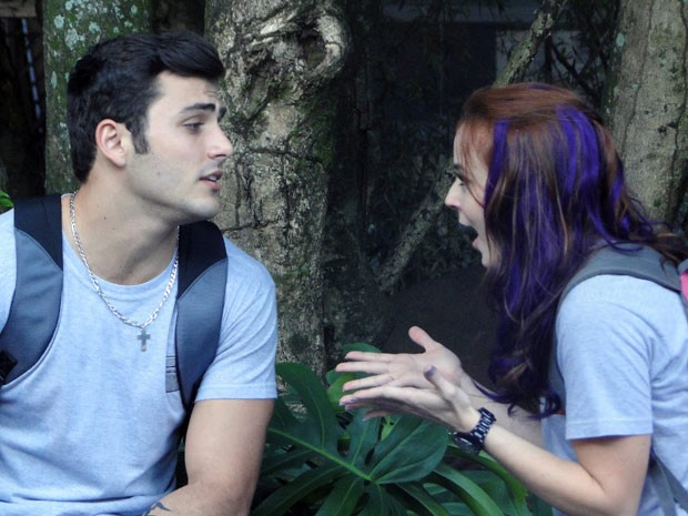 A menina fica deslumbrada e Bernardo a chama para mais uma armação (Foto: Malhação / Tv Globo)