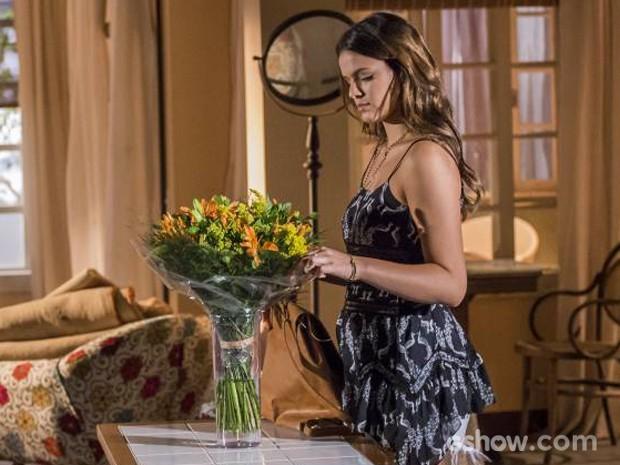 Luiza ajeita as flores com carinho, mas recebe uma visita inesperada (Foto: Paulo Belote / TV Globo)