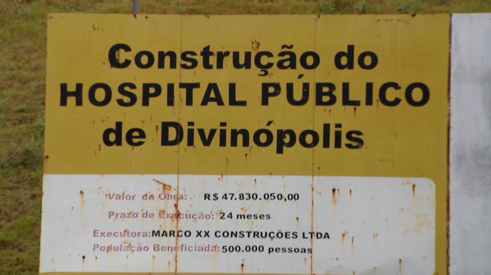 Placa no canteiro de obras do hospital prevê investimento de R$ 47,8 milhões: Câmara estima R$ 250 milhões (Foto: Reprodução/TV Integração)