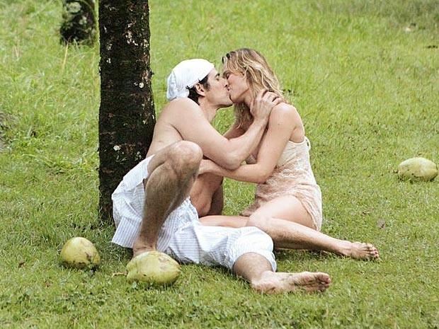 O casal corra atrás do tempo perdido, ou seja, sobram beijos na ilha deserta (Foto: Guerra dos Sexos / TV Globo)