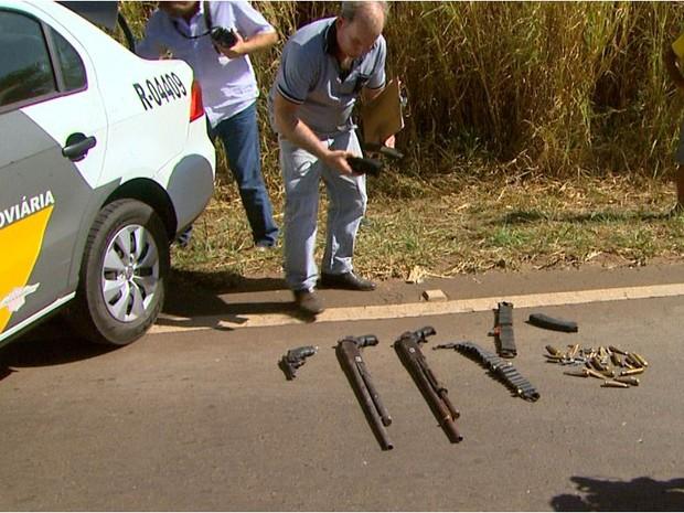 Armas apreendidas pela polícia após ação da quadrilha entre Cajuru e Mococa, SP (Foto: Paulo Souza/EPTV)