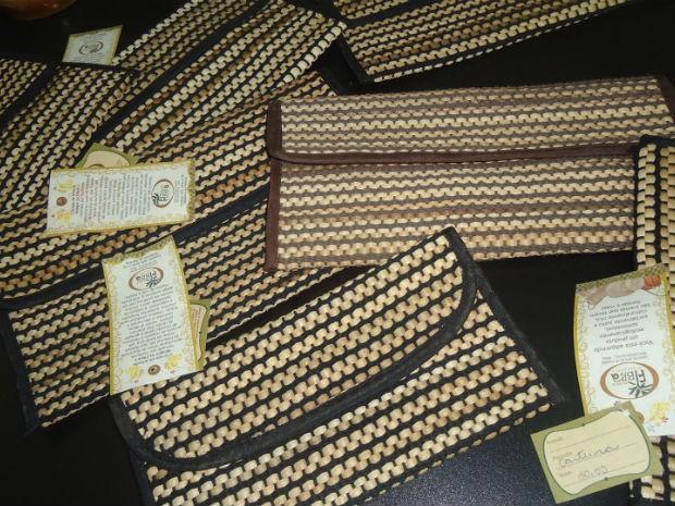 Algumas das bolsas produzidas com fibra de bananeira pelo grupo Milagre da Fibra (Foto:  Divulgação/Milagre da Fibra)
