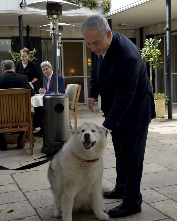 Imagem de arquivo mostra o primeiro-ministro israelense Benjamin Netanyahu com sua cadela Kaiya, durante reunião com o secretário de estado dos EUA, John Kerry (Foto: REUTERS/Matty Stern/U.S. Embassy Tel Aviv)