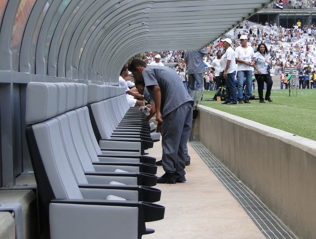 faxineiras limpam banco de reservas clássico (Foto: Rodrigo Fuscaldi / Globoesporte.com)