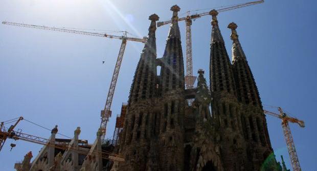 Desenhado por Antonio Gaudi, esta basílica católica começou a ser construída em 1882 e ainda não está terminada. É um dos monumentos mais visitados da Espanha (Foto: BBC)