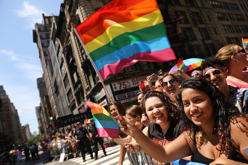 Pessoas marcham pela Quinta Avenida, em Nova York, durante a parada LGBT (Foto: Spencer Platt/Getty Images/AFP)