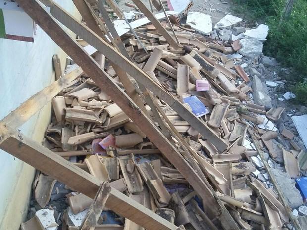 Teto de escola desabou após chuvas, segundo secretaria (Foto: Ronildo Brito/Teixeira News)