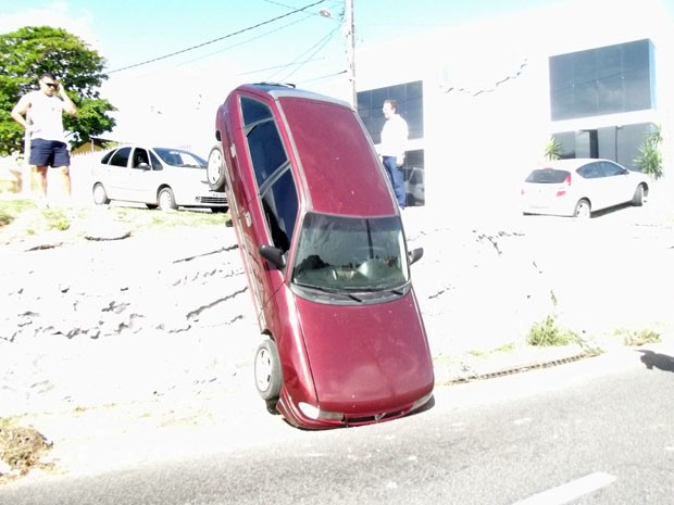 Carro caiu de rua neste domingo, em Natal (Foto: Fred Carvalho/G1 RN)